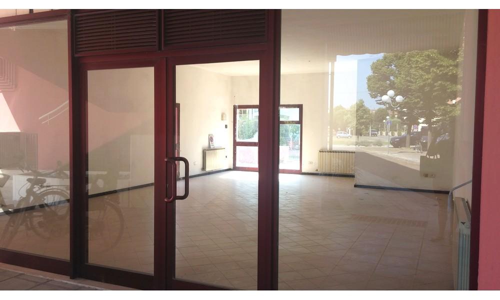 vetrina-negozio-piazza-parte-davanti-edifica-agenzia-vendita-villa-verucchio