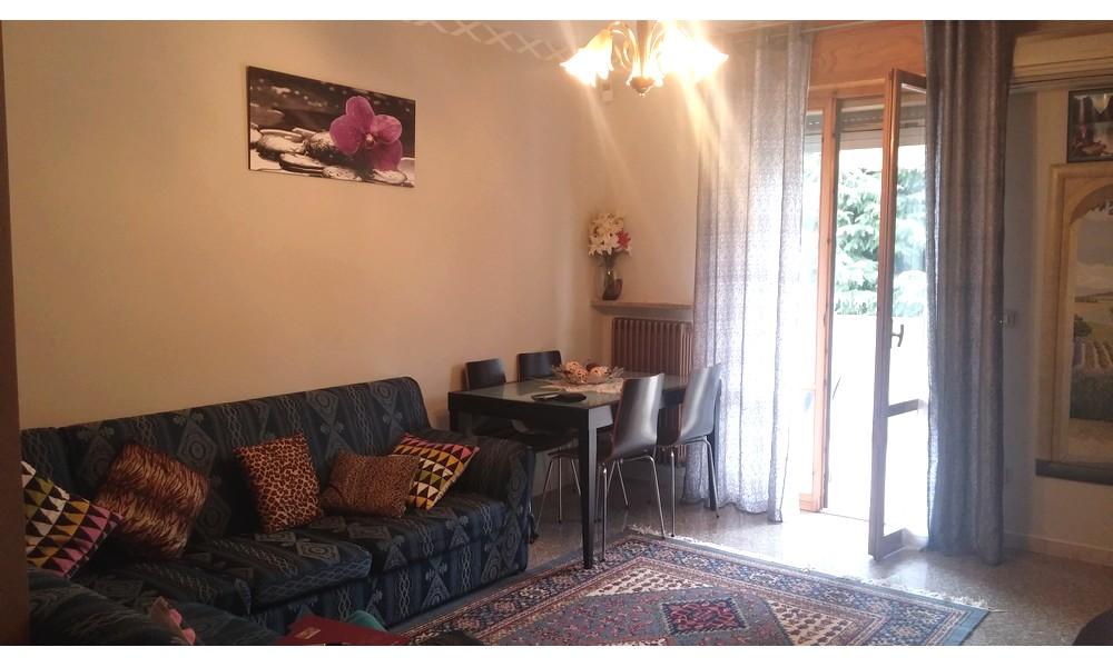 soggiorno-sala-parete-tv-appartamento-edifica-agenzia-vendita-villa-veruchio-piano-primo-corpolo