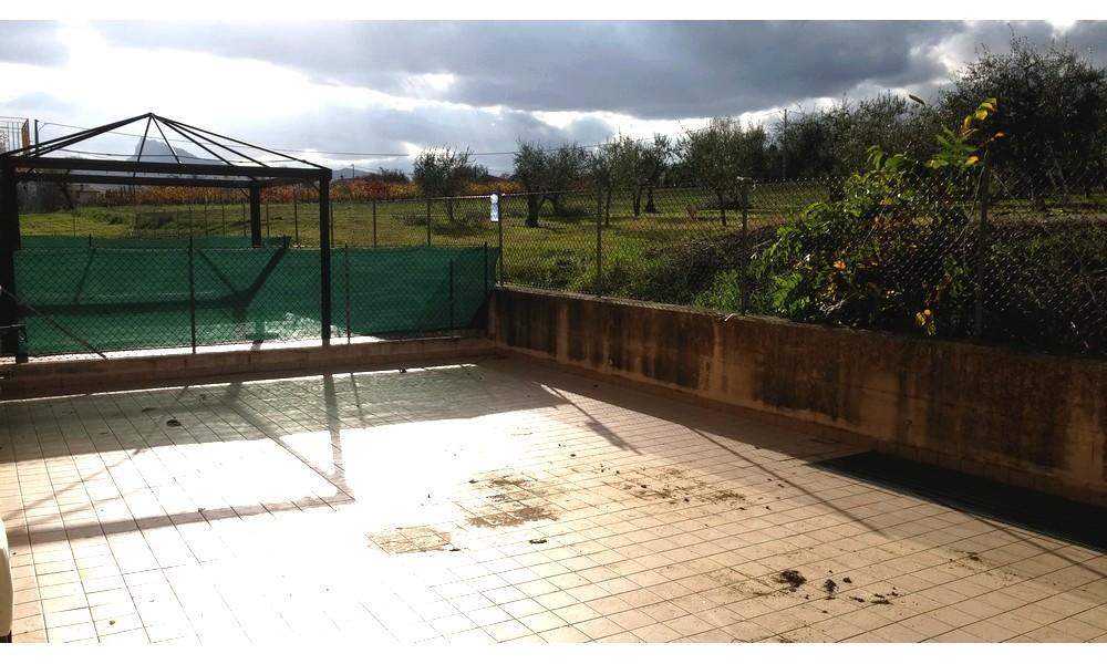 veranda-pergolato-gazebo-esterno-appartamento-piano-terra-edifica-agenzia-vendita-trilocale-poggio-torriana-berni-immobiliare-giardino