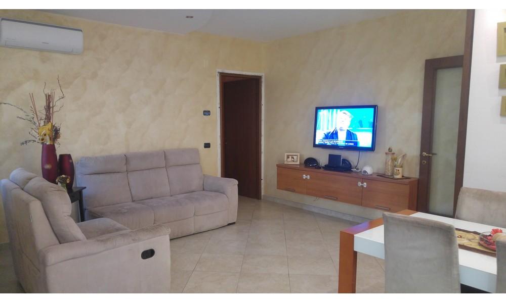 soggiorno-sala-casa-abbinata-appartamento-tre-camere-giardino-gazebo-area-esterna-vendita-borghi-stradone-edifica-agenzia-villa-verucchio