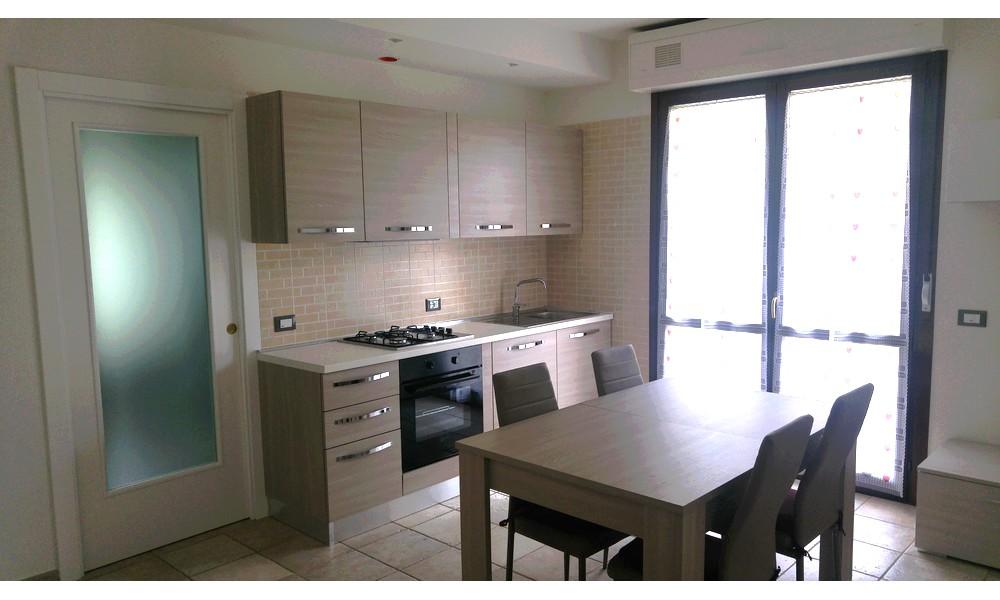 disimpegno-soggiorno-cucina-parete-tv-divano-appartamento-bilocale-affitto-edifica-agenzia-immobiliare-villa-verucchio
