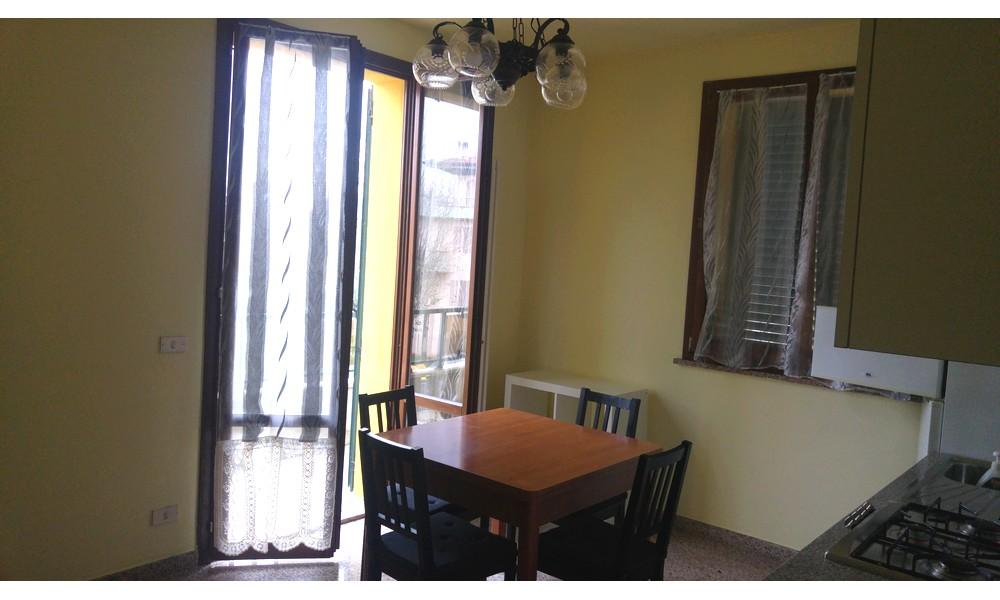 tavolo-cucina-soggiorno-appartamento-trilocale-edifica-agenzia-santarcangelo-san-michele-villa-verucchio-arredato