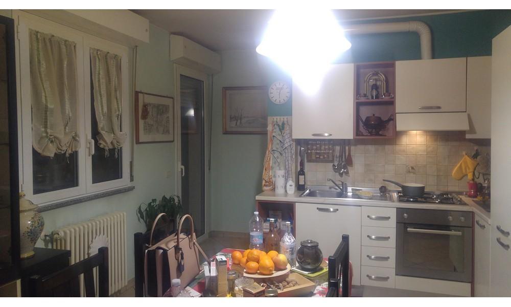 cucina-terrazzo-tavolo-appartamento-trilocale-dogana-verucchio-edifica-agenzia-affitto-villa-verucchio-ingresso-indipendente-giardino