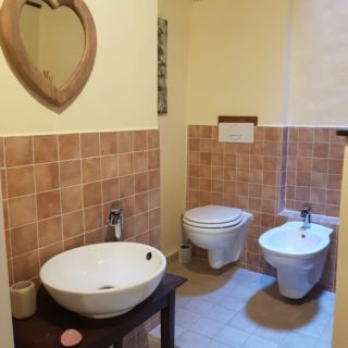 bagno-doccia-camera-b&b-pennabilli-turismo-estate-edifica-agenzia-vendita-immobiliare-licenza-attività-camere-affitto-appartamento