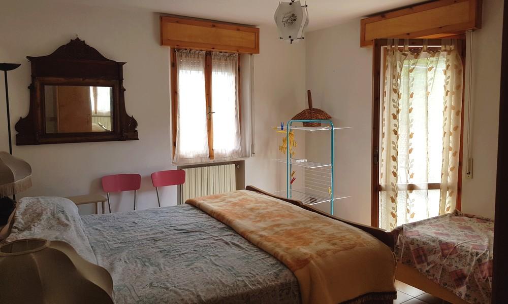 camera-matrimoniale-piano-primo-terreno-giardino-orto-casa-schiera-pennabilli-ponte-messa-vendita-agenzia-edifica-immobiliare