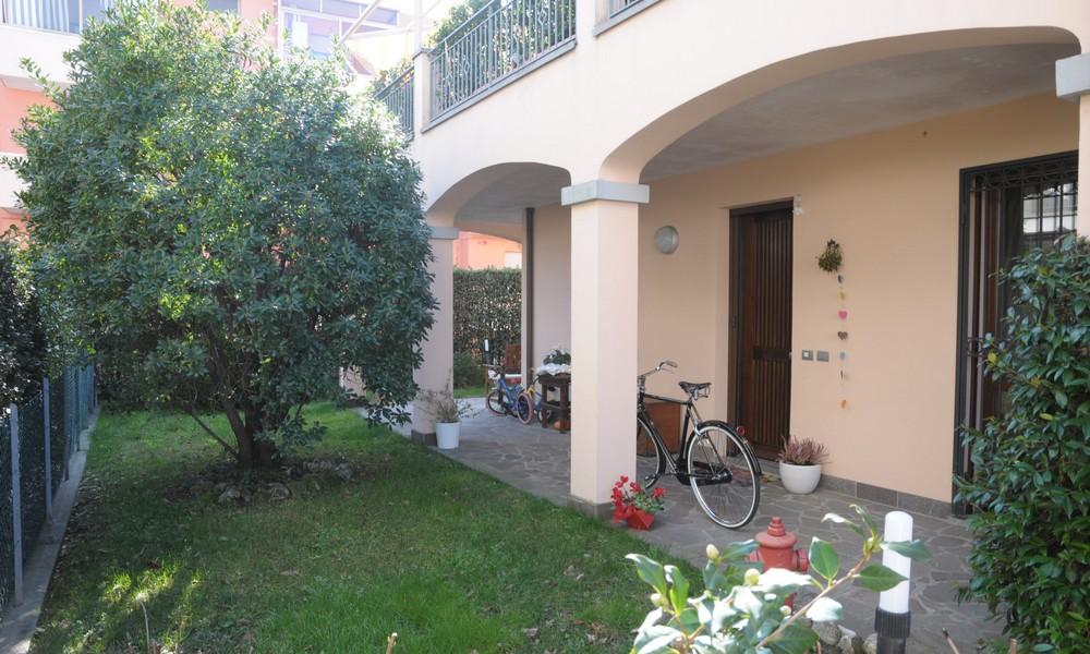 giardino-ampio-ulivo-appartamento-piano-terra-edifica-agenzia-immobiliare-vendita-villa-verucchio-giardino-privato