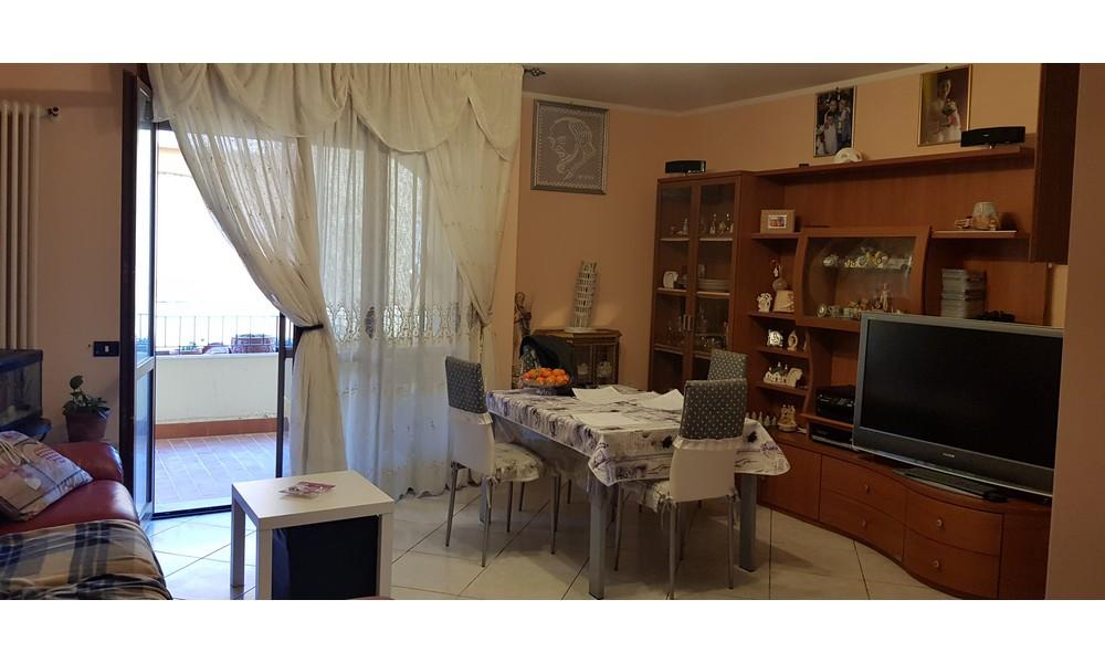 soggiorno-sala-pranzo-parete-tv-appartamento-trilocale-piano-secondo-edifica-agenzia-immobiliare-vendita-villa-verucchio