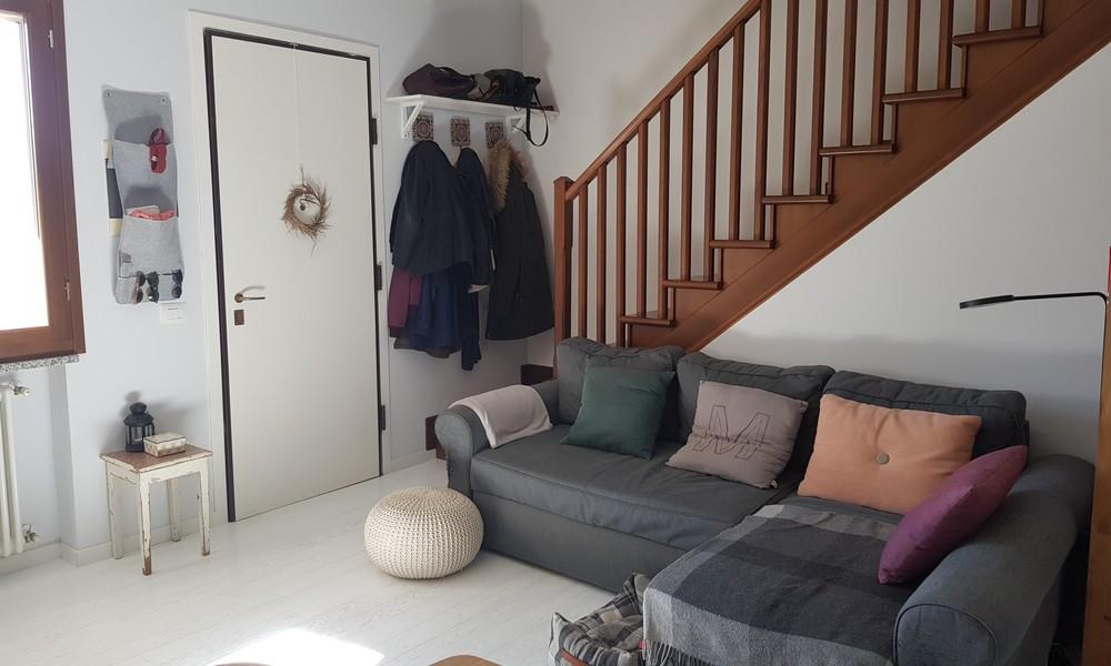 divano-soggiorno-parete-tv-sala-casa-schiera-secchiano-vendita-agenzia-immobiliare-edifica-villa-verucchio-rimini