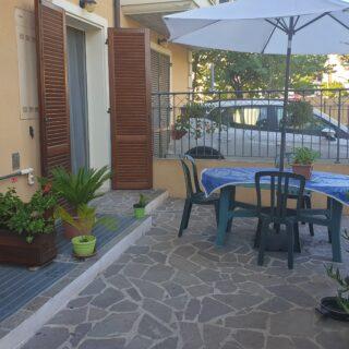 Appartamento al piano terra con tre camere e giardino